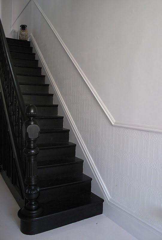Escalier en bois peint en noir