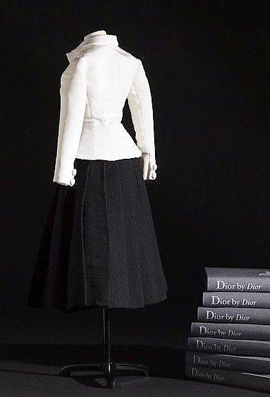 1947 Christian Dior présente sa première collection. « Nous sortions d'une époque de guerre, d'uniformes, de femmes-soldats aux carrures de boxeurs. Je dessinai des femmes-fleurs, épaules douces, bustes épanouis, tailles fines comme lianes et jupes larges comme corolles », se souvient-il dans son autobiographie.