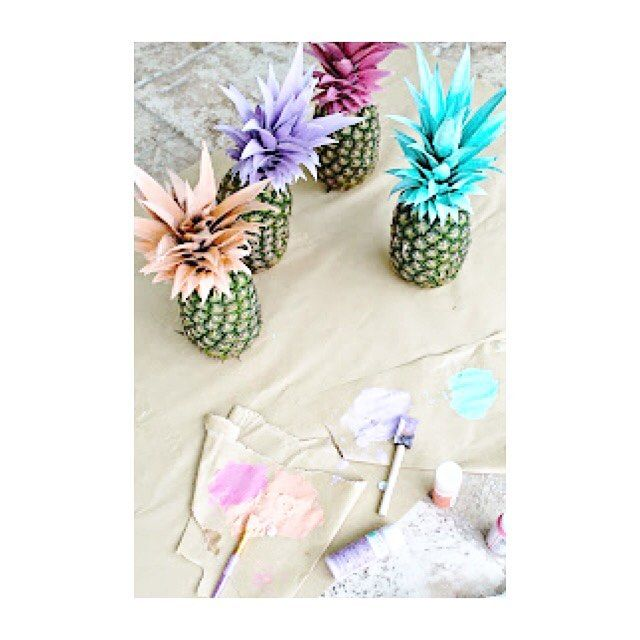 Need a creazy summer centerpiece? This painted Pineapples are perfect For this  supplies: - pineapples - acrylic paints - foam brushes - 3 piece paint brush set - tarp or kraft paper  And here we go! Paint and let THEM dry over a night and... Ta daaaaann! Serve un idea per un centrotavola colorato per questa estate? Eccolo! Qui l'occorrente per realizzarle: - ananas - pittura a tempera - pennelli - telo di base  Lasciate asciugare una notte e... Ta daaaan!! Thanks to @pursuitofshoes For this…