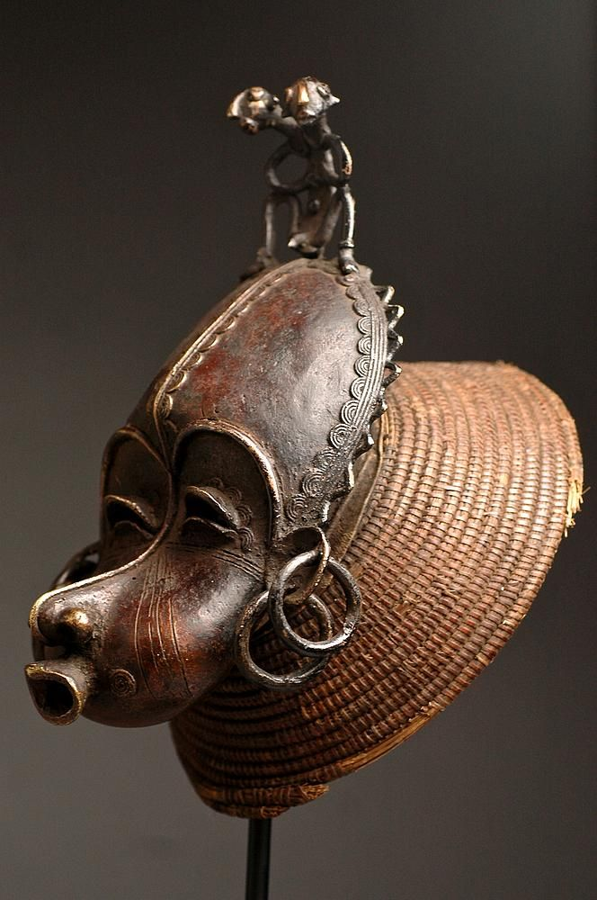 Tikar CIMIER Male Mask Ethnic Group: Tikar Country of origin : Cameroon Material : Bronze, raffia Approximate age :  Early 20th Century Dimensions :
