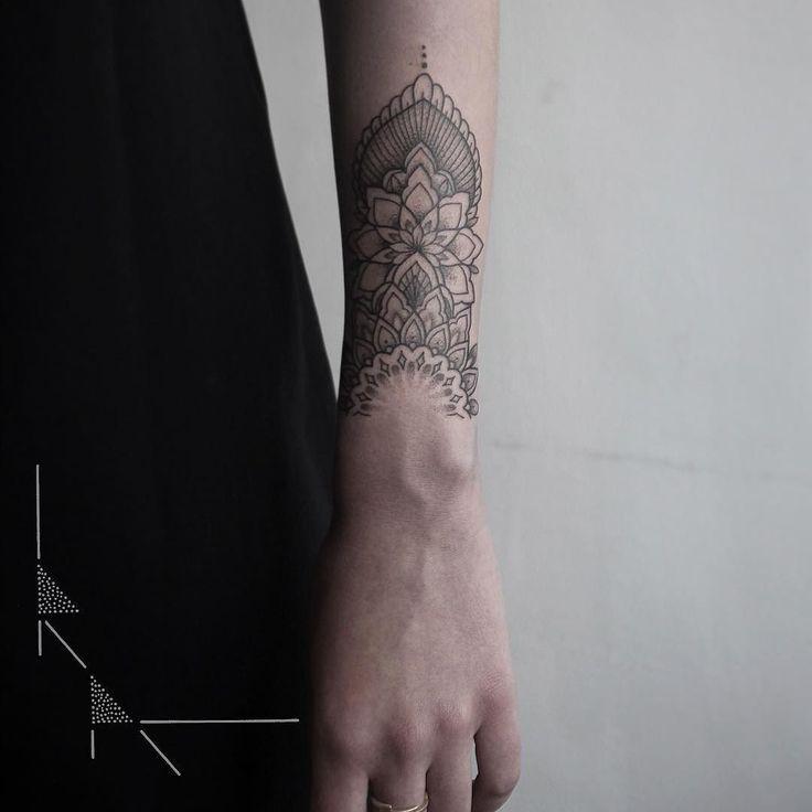 Mehndi mandala piece part 2 with the lovely @sophievandaniels - Happy Sunday!  #rachainsworth #tattoo #berlintattoo #finelinetattoo #mandalatattoos #mehnditattoo