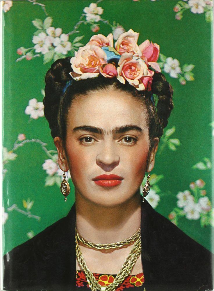 Frida Kahlo//Magdalena Frida Carmen Kahlo Calderón ou Frida Kahlo, née le 6 juillet 1907 à Coyoacán au Mexique et morte le 13 juillet 1954 dans la même ville, est une artiste peintre mexicaine. Wikipédia