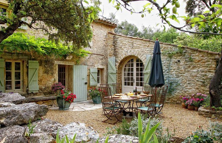 Holiday villa rentals in Provence - Menerbes, Le Pavillon, sleeps 6.