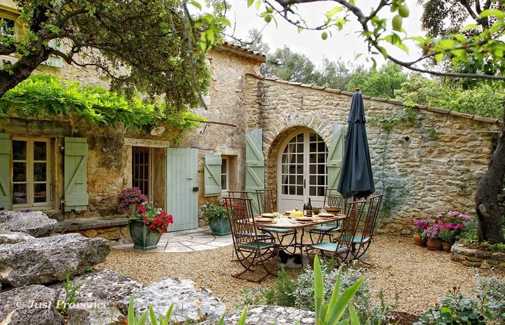 Holiday villa rentals in Provence - Menerbes, Le Pavillon, sleeps 6.