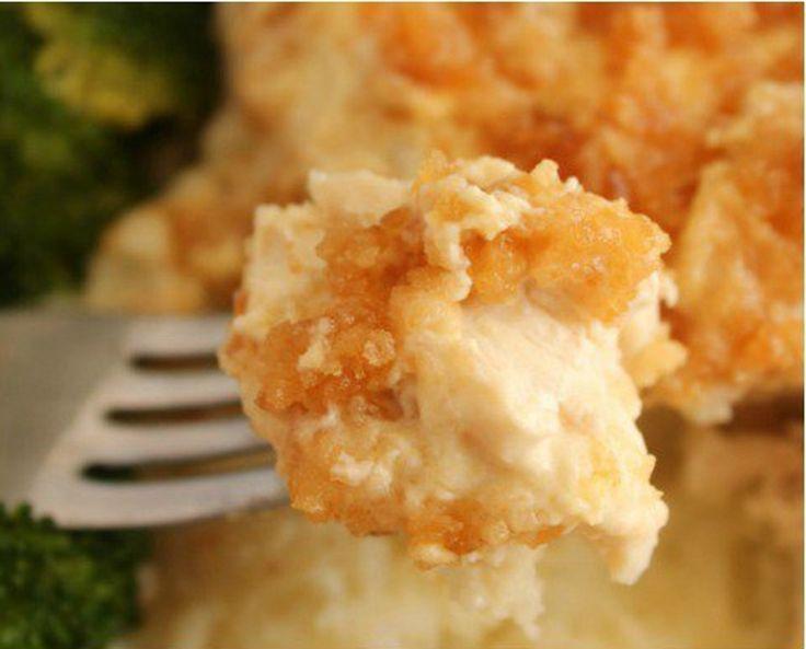 Aujourd'hui, une recette de poulet à la mijoteuse qui est super crémeuse, onctueuse et mélanger avec du beurre et une panure de biscuits Ritz!