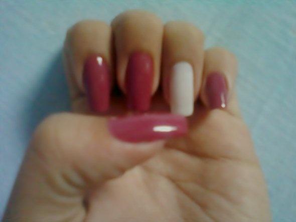 Pinte todas as unhas exceto a do dedo anular com o esmalte rosa. A unha do dedo anelar pinte com esmalte branco e depois aguarde secar...