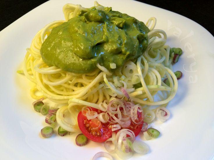 raw food . fideos de Zucchini con salsa de palta . link a la receta ♡ https://www.facebook.com/media/set/?set=a.10152555145501496.1073741972.587831495&type=1&l=332e981c79
