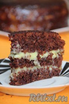 """Приготовленный шоколадный бисквит разделить на 2 или 3 коржа, смазать их теплым кремом. Украсить вкусный сумасшедший пирог """"Crazy Cake"""" по своему усмотрению."""