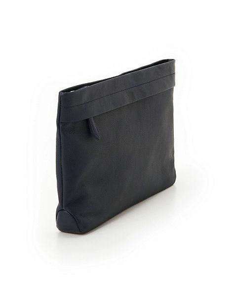 イタリア製の牛革を使ったスタイリッシュなクラッチバッグです。素材の上質感が存分に生かされるよう、装飾を省いてシンプルなデザインに仕上げています。A4の書類やファイルがちょうど収まる使い勝手の良い大きさ。前面と内装にファスナーポケットを装備しています。シーンを問わずにお使いいただけるモデルです。