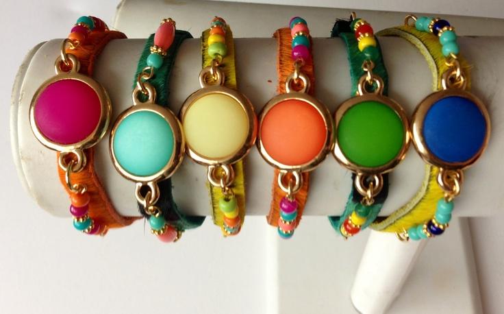 Leren armbandjes in vrolijke kleuren €39,95