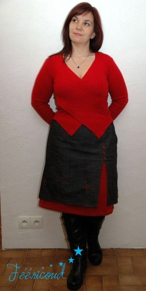Voici une jupe cousue avec un effet de superposition comme je les aime à partir d'un patron maison d'une jupe trapèze identique à ma jupe je me lâche. La sur-jupe est cousue dans un tissu en jean noir et le jupon du dessous dans un reste de ma robe de...