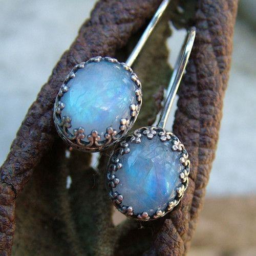 Drobné náušnice ze stříbra (Ag 925/1000) a měsíčních kamenů Měsíční kameny mají velikost 10x8mm, jsou