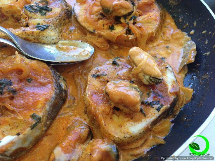 Caril de pescada! A textura do mexilhão e o seu sabor a mar destacam-se do creme de côco e do aroma do caril. A pescada desmancha-se em lascas frescas e saborosas