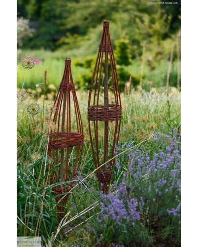 Die Rankspindel aus Weide gibt es in unterschiedlichen Größen. Die stilvolle Rankhilfe ist ein wunderschöner Blickfang am Hauseingang, auf der Terrasse oder im Garten: Sie hilft Ihren Rosen, Efeu, Wein und vielen anderen Pflanzen beim Klettern. Auch als Dekoobjekt in Haus und Garten ein Augenschmaus.