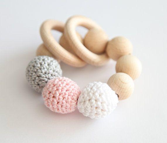 Jouet de dentition, un hochet en bois avec crochet perles en bois et 2 anneaux en bois. Gris clair, des perles en bois blancs, roses pâles s