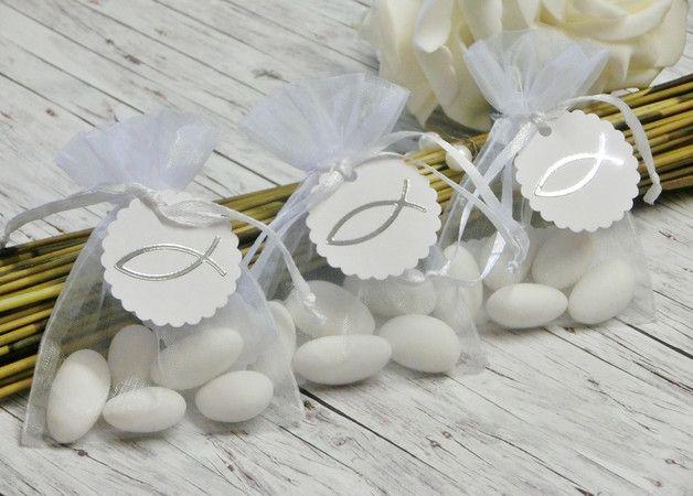 **Gastgeschenke für Kommunion / Konfirmation** Lieferumfang: Organza-Säckchen weiß, 7 cm breit x 9 cm hoch. An jedem Säckchen wird ein Kärtchen angebracht, welches mit einem silbernen...