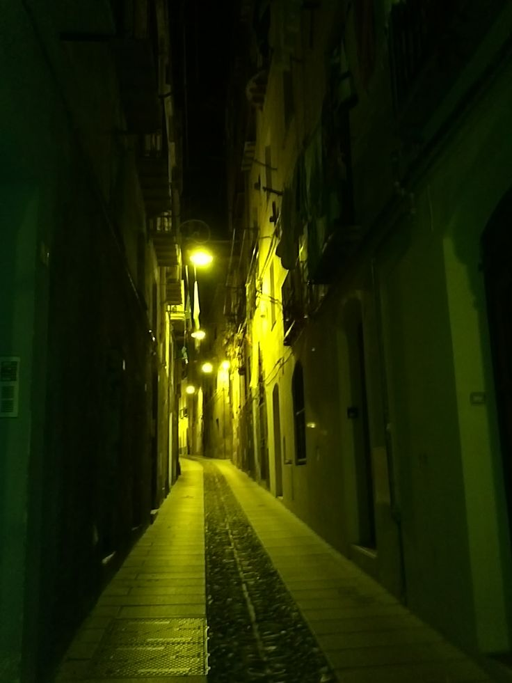 Quartiere di Castello, Cagliari Il Castello (Castéddu 'e susu in sardo, trad. Castello di su) è il principale dei quattro quartieri storici della città di Cagliari. Sorge in posizione preminente, su un colle calcareo, a circa cento metri sul livello del mare. Popolarmente il quartiere è indicato senza l'articolo. Texto extraído de: http://it.wikipedia.org/wiki/Castello_%28quartiere_di_Cagliari%29