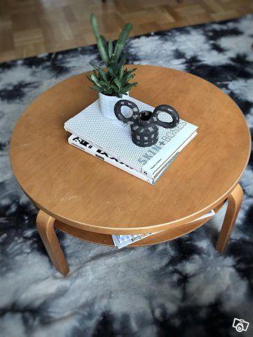 Fint soffbord Alvar Aalto, Artek (Inköpt på NK). Finns äkthetsbevis.   Honungsbetsat (sällsynt). Visst slitage men i fint skick.   75 cm i diameter, 36 cm höjd