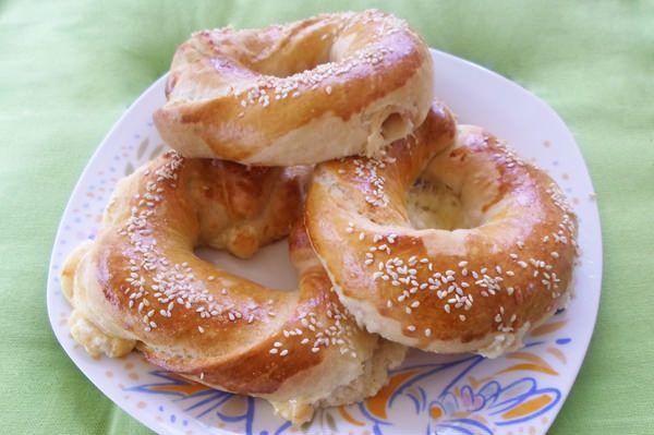 Κοινοποιήστε στο Facebook Υλικά Για την ζύμη Αλεύρι για όλες τις χρήσεις ΓΙΩΤΗΣ 1 κιλό Ξηρή μαγιά στιγμής ΓΙΩΤΗΣ 2 φακελάκια Ζάχαρη 1 1/2 κουταλιά σούπας Καλαμποκέλαιο 1/2 φλιτζάνι τσαγιού Αλάτι 1 κουταλιά σούπας Ξύδι 1 κουταλάκι γλυκού Νερό 1-...
