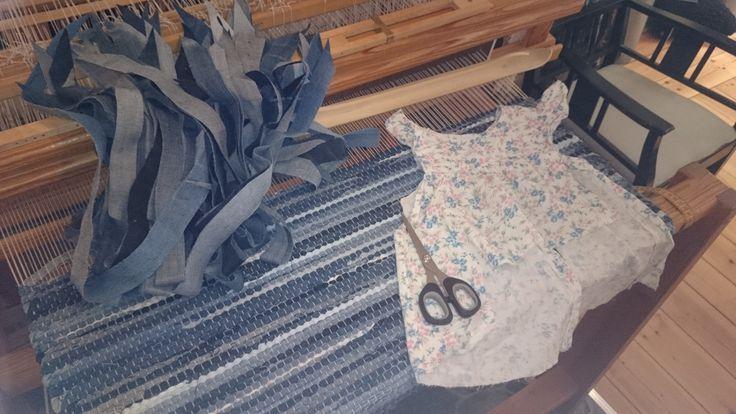 Jeansmatta med inslag av en söt barnklänning. Bästa sättet att bevara minnen.