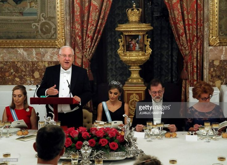 Israeli President Reuven Rivlin delivers a speech next to Queen Letizia of Spain (C) and Spanish Prime Minister Mariano Rajoy during a state dinner at the Royal Palace in Madrid on November 6, 2017. / AFP PHOTO / POOL / Juanjo Martín