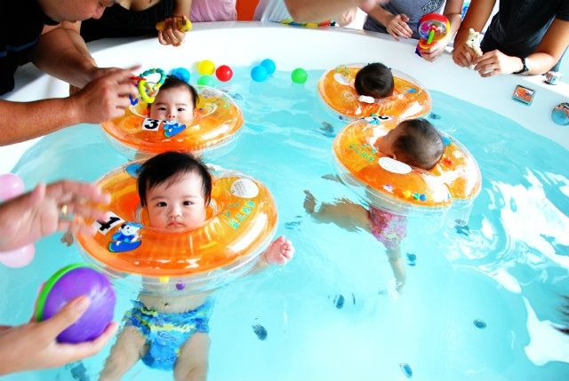 Helps baby float and learn to swim