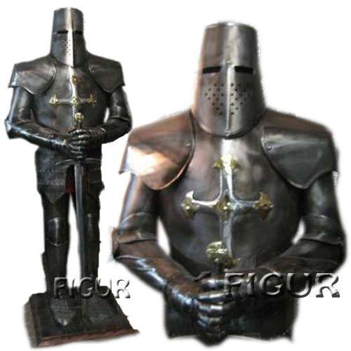 Фигура металлический рыцарь. Средневековый рыцарь с крестом на груди. Крестоносец