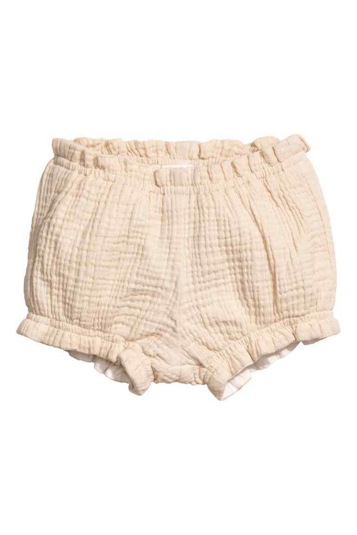 Culotte bouffante: EXCLUSIVITÉS BÉBÉ/CONSCIOUS. Culotte souple et bouffante en coton bio double tissage à effet froissé. Modèle court avec élastique à la taille et en bas de jambe. Doublée coton.