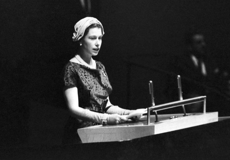 Isabel II: los sombreros que han marcado un reinado - De cualquier color o tela. Con plumas o sin ellas....