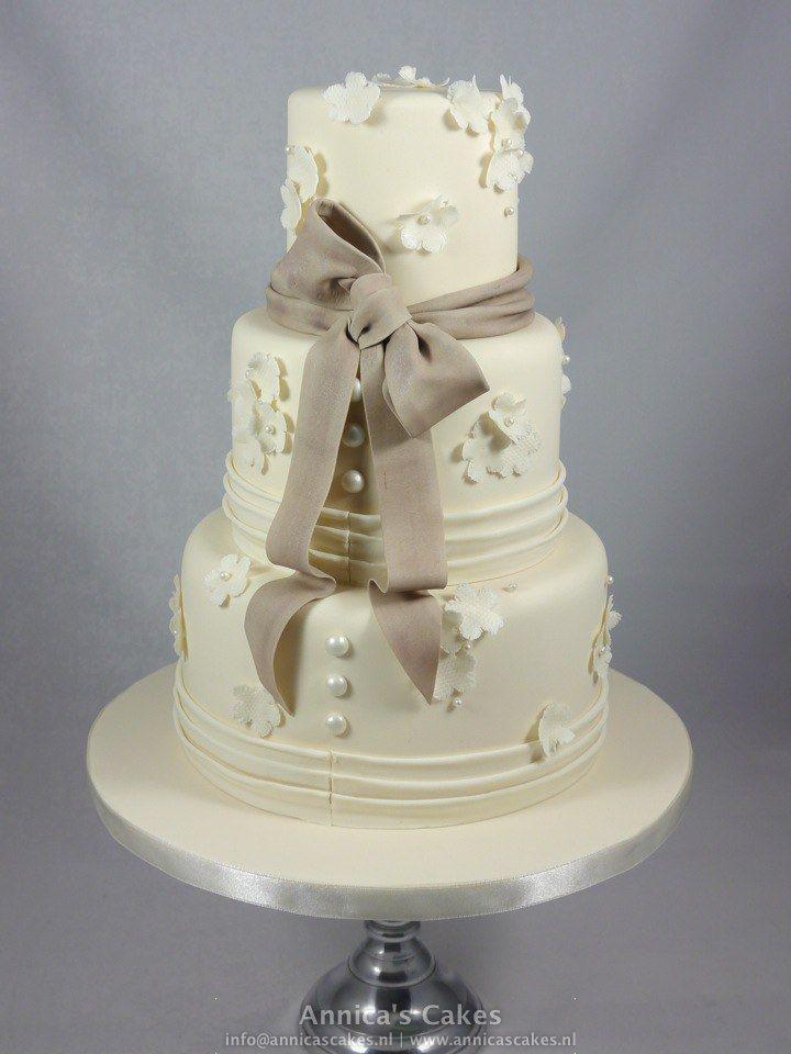 Weddingcake Ivory/ taupe fondant bow.  Bruidstaart ivoor, taupe fondant strik en kantbewerking.