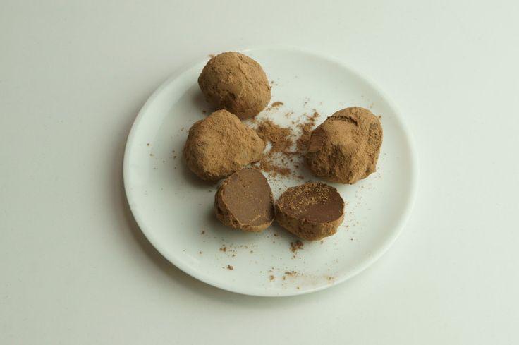 ナッツミルク・ローチョコレートトリュフ 生カシューナッツ 120g(1カップ) ココナッツオイル 50g メープルシロップ 70g(50ml) 水 50ml ローカカオパウダー 大さじ4 塩 ふたつまみ