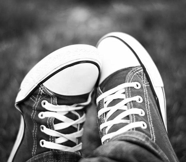 Nunca sabrás a donde llevarán tus pasos, pero depende de ti que sean felices. #felizviernes #felicidad #converse #caminantenohaycamino #blancoynegro #blackandwhite #photographer #photograph #madrid #mine