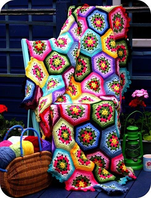Inspiración: colcha colorida. Especial atención a los bordes de cada hexágono, que combinan un color claro y otro oscuro.