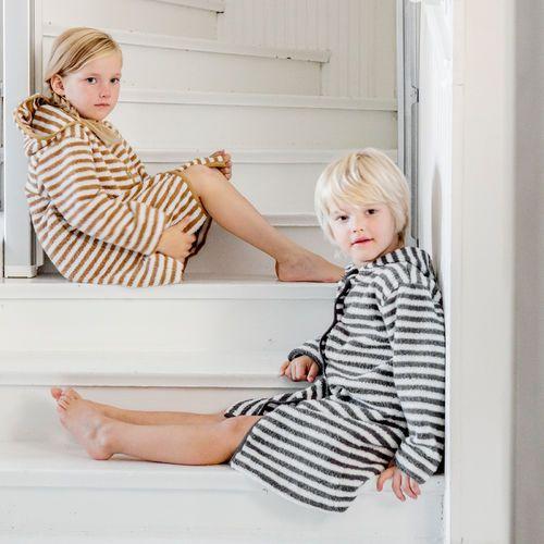 HETKI lasten kylpytakki, harmaa - vanilja | NOSH froteemalliston unisex kylpy- ja oloasut saatavilla koko perheelle! Tutustu mallistoon ja tilaa verkosta, NOSH vaatekutsuilta tai edustajalta www.nosh.fi / (This collection is available only in Finland )