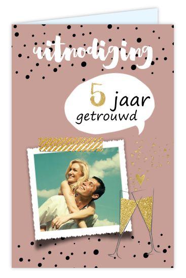 Foto uitnodiging 5 jaar getrouwd met tekstballon, ruimte voor een eigen foto en goudlook champagneglazen. Geheel zelf aan te passen.