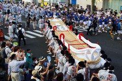 福島の夏の祭りといえば福島わらじまつりです 羽黒神社に仁王門があり安置されていた仁王様の大きさにあったわらじを作って奉納したのがこの祭りのはじまりだとされています 長さm重さtの大わらじ見ものですよ tags[福島県]