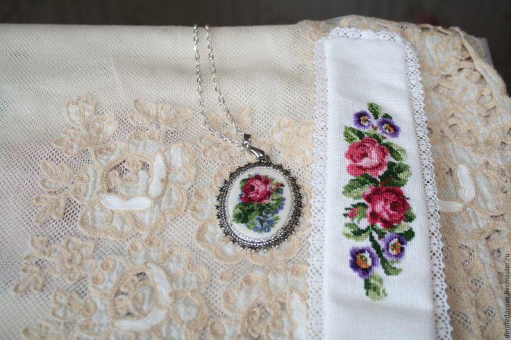 Купить Вышитый комплект браслет и и кулон Старинные розы - вышитый браслет, вышитый комплект