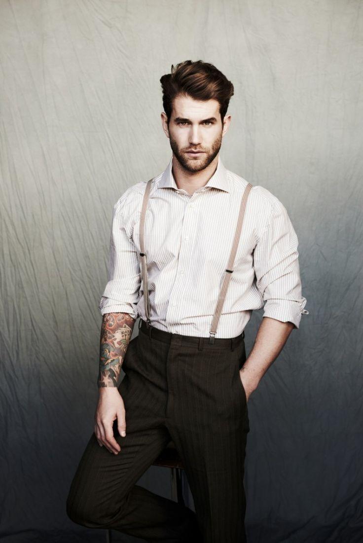 Look masculino com suspensórios e camisa social com manga dobrada.