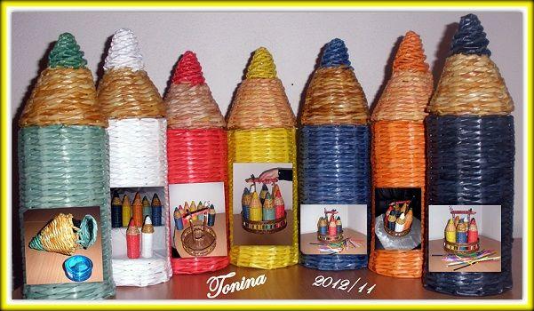 Recipientes en forma de lápiz de colores, hechos con técnicas de cestería y en papel
