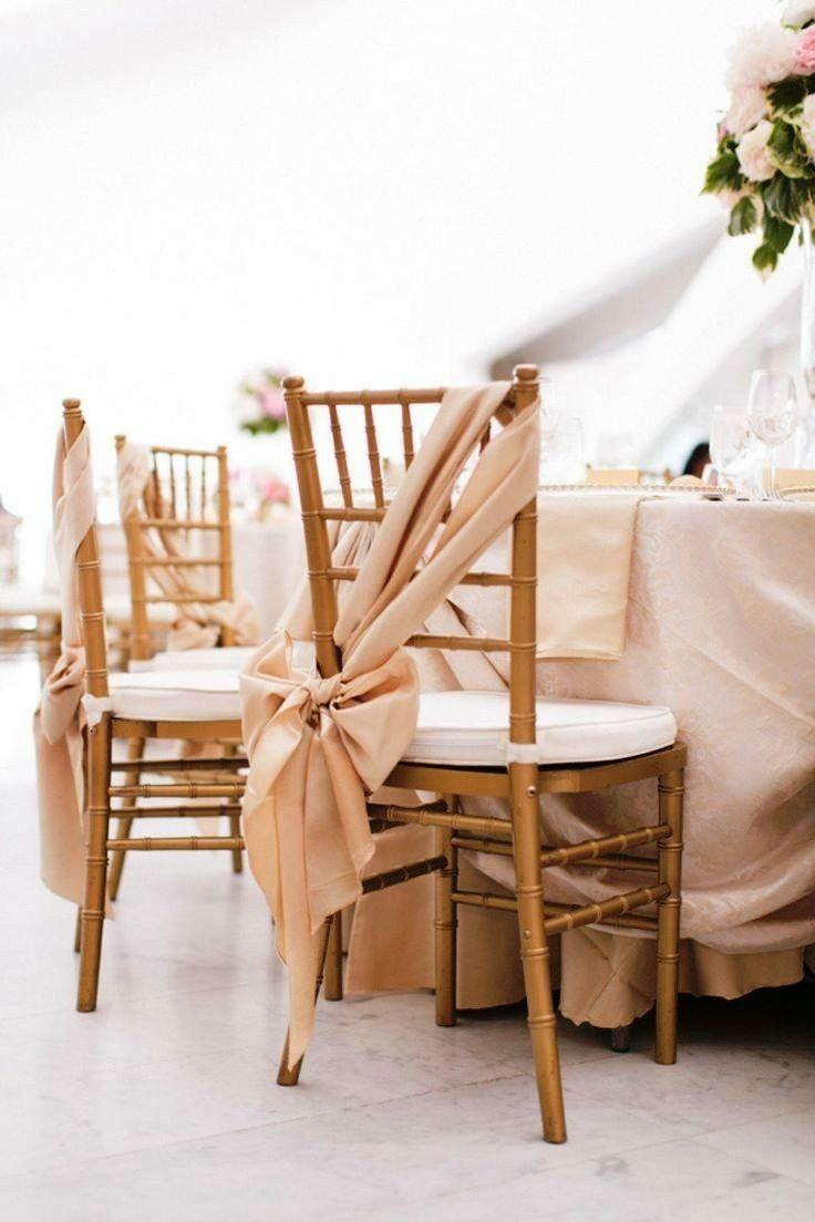 idées décoration mariage - nappe de table et rubans de chaises en satin de couleur champagne