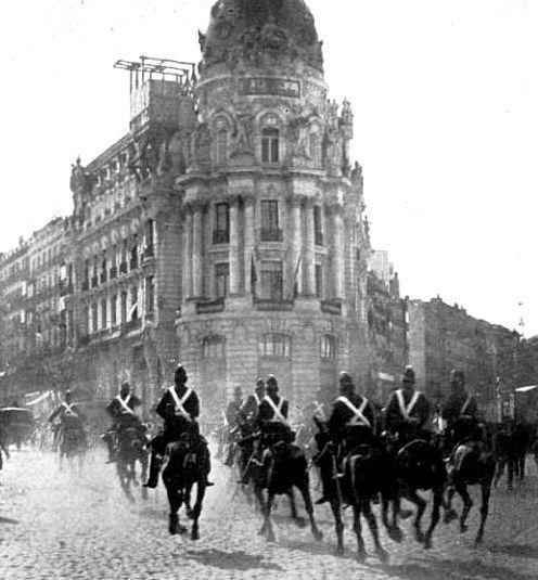 Tras el atentado fallido cometido el día 13 de abril de 1913, en Madrid, contra S.M. el Rey D. Alfonso XIII cometido por el anarquista Rafael Sancho Alegre, efectivos de los Cuerpos de Vigilancia y Seguridad procedieron a su detención y traslado, en primera instancia, a la casa de la Duquesa de Nájera para evitar su linchamiento por el pueblo.El vehículo que conduce al detenido escoltado por el Escuadrón de Caballería a la altura de la calle de Alcalá en su confluencia con Gran Vía