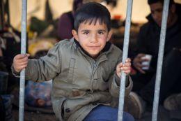 A sátorban született baba és a szennyvízben játszó gyerekek városa