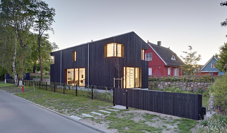 House WIECKin in the small fishing village of Wieck on the Peninsula Fischland-Darß is located on a long, narrow lot. It has been sensitively adapted to the pa