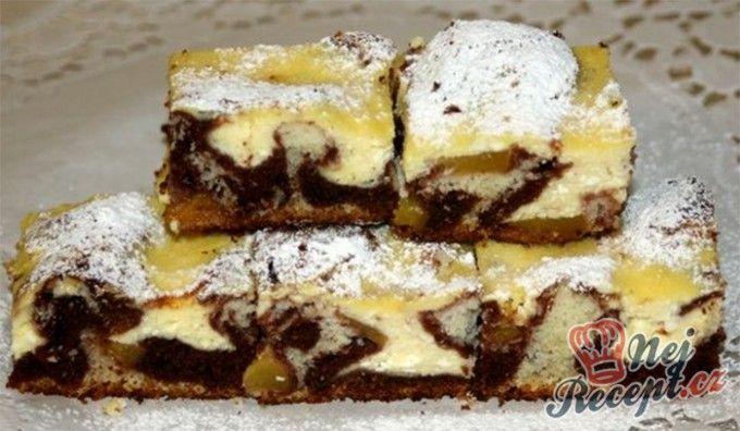 Strakatý tvarohový koláč s broskvemi