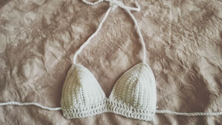 step by spet how to crochet a bralette / crop top / bikini top. fromathread.blogspot.com