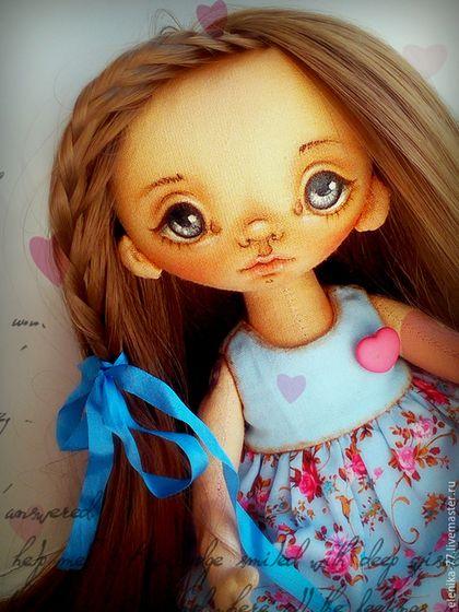 Купить или заказать Папина радость. Кукла текстильная. в интернет-магазине на Ярмарке Мастеров. Девочка ыполнена из бязи, тонированной кофе, какао и корицей. Ручки-ножки на пуговичном креплении, волосы - кукольный тресс - можно менять прически и расчесывать, личико расписано акрилом и пастелью, сидит самостоятельно, стоять может, но не любит. Одета в в платье-сарафан, панталоны и ботинки, все можно снять. Ростиком 19см.