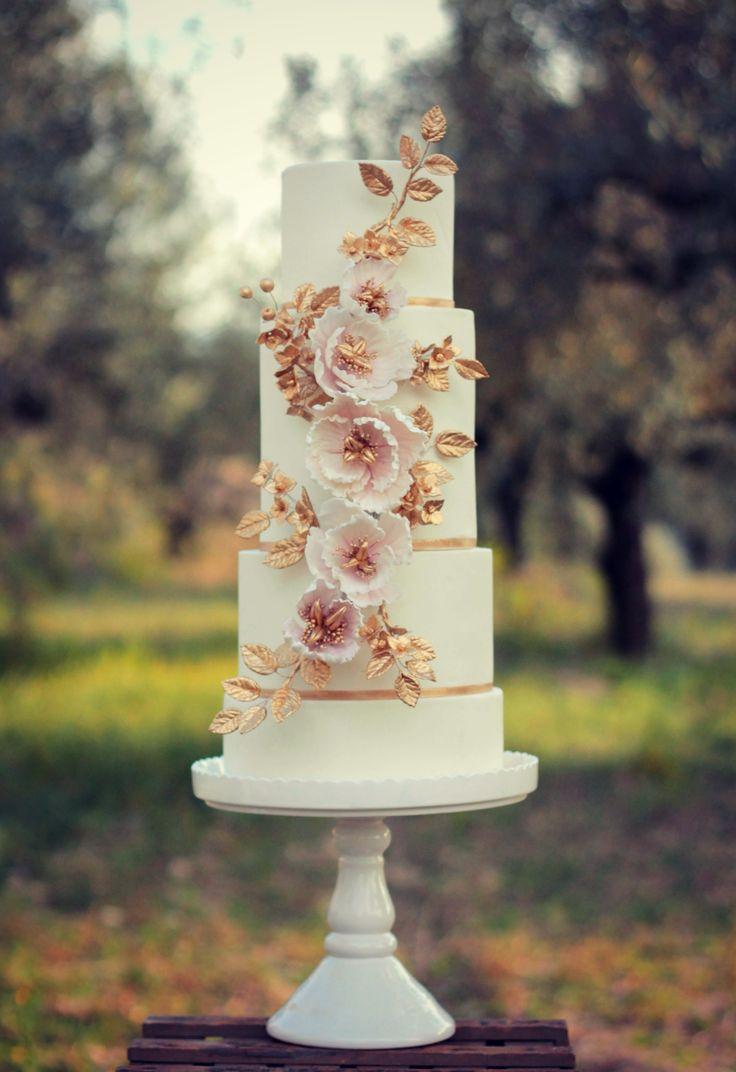 Wedding cake inspired in Versailles.   #cake #weddingcake #ledouxcollage #fondant #vintagewedding #sugarflower #sugarcraft  Contact Us ledouxcollage@gmail.com www.facebook.com/ledouxcollage