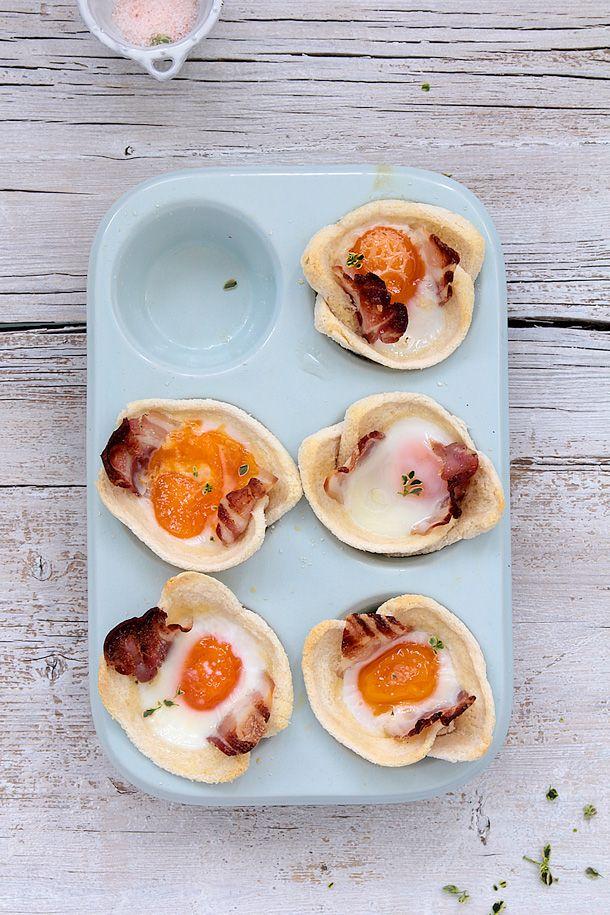 Muffins de pan, huevo, bacon y queso