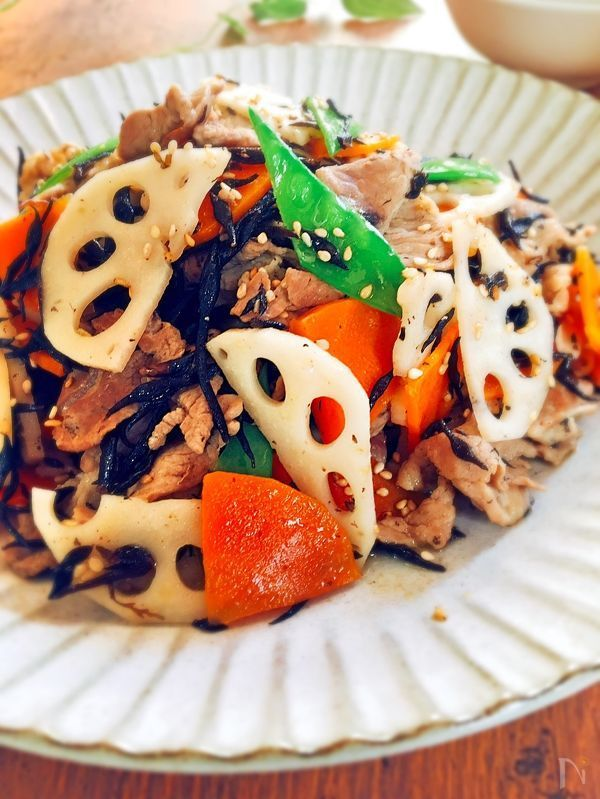 塩味の顆粒中華ダシを使って、さっぱりと仕上げたひじき炒めです❣️    最後に炒りごまとごま油で仕上げます❣️    ひじきと野菜がたくさん取れるおかずで  す。冷めてもいただけますので、お弁当にもぴったりです❣️
