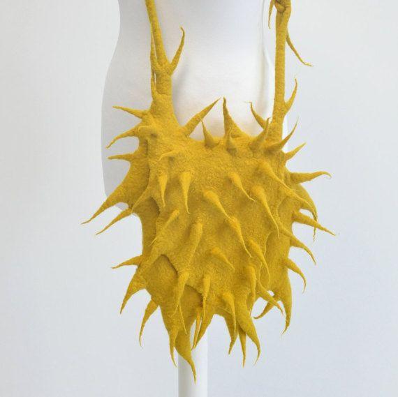 De Cactus handtas zijn gemaakt van merinoswol met vilten techniek. Er zijn twee holle handvaten. Binnenkant vilten 2 zakken. De Cactus handtas zijn opgenomen in een boek Geweldig Fashion door Cristina Morozzi. Vergeleken een cactus sjaal handtas die ik heb gemaakt.  De kwaliteit en duurzaamheid gegarandeerd. Regina Doseth ------------------------------------------------ Grootte:  Grootte: Handtassen lengte - 25 cm, breedte - 28cm, Handvat lengte - 100 & 69 cm  Kleur: Gele mosterd  Materia...